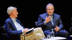 Sionistinen oligarki Michail Hodorkovski ja Ruotsin ex-ulkoministeri Carl Bildt keskustelevat Tukholman Kulttuuritalolla Venäjän nykyisestä tilanteesta. Ruotsi on myös täysin sionistien vietävänä.