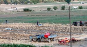 Turkkilaiskylän asukkaat asentamassa kotitekoisia öljyputkia.