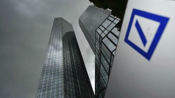 Saksalaisen suurpankin Deutsche Bankin nettotuloksen romahtaminen johtunee siitä, että pankki on sijoittanut Italian valtion velkakirjoihin.